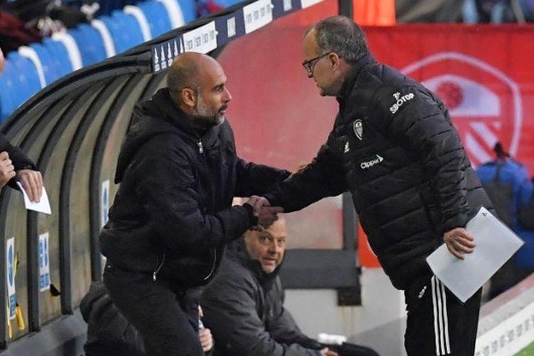 Pelatih Leeds United, Marcelo Bielsa, dan pelatih Manchester City, Pep Guardiola, berjabat tangan sebelum pertemuan kedua tim di ajang Liga Inggris, Sabtu (4/10/2020).
