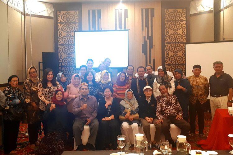Para akademisi/peneliti dari berbagai universitas dan lembaga di Indonesia foto bersama usai mengikuti Musyawarah Nasional Asosiasi Tradisi Lisan di Hotel Harper, Makassar, Rabu (23/10/2019).