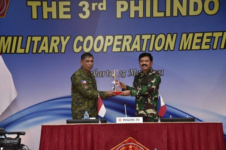 Panglima TNI Marsekal Hadi Tjahjanto membuka Sidang Philindo MC (Philippines-Indonesia Military Cooperation) ke-3 2021 secara virtual, bertempat di Gedung Executive Persada, Halim Perdanakusuma, Selasa (25/5/2021).