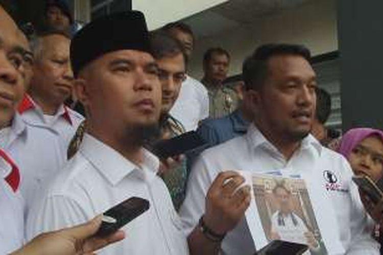 Ahmad Dhani didampingi kuasa hukumnya usai melaporkan Indra Tan di Mapolda Metro Jaya, Jakarta Selatan, Rabu (9/11/2016).