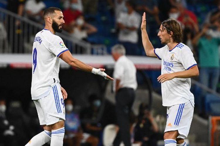 Karim Benzema (kiri) bersama Luka Modric (kanan) pada laga pekan keempat Liga Spanyol yang mempertemukan Real Madrid vs Celta Vigo di Stadion Santiago Bernabeu, Senin (13/9/2021) dini hari WIB.