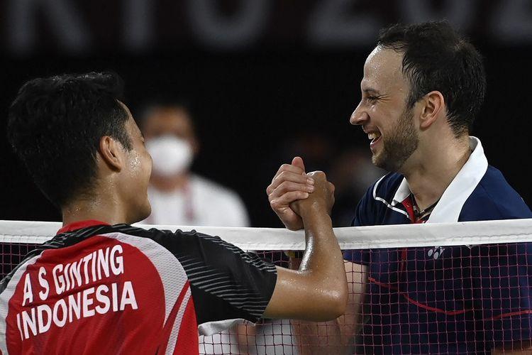 Tunggal putra Indonesia Anthony Sinisuka Ginting (kiri) menyapa Kevin Cordon dari Guatemala setelah memenangi laga perebutan medali perunggu pada Olimpiade Tokyo 2020 di Musashino Forest Sports Plaza di Tokyo pada 2 Agustus 2021.