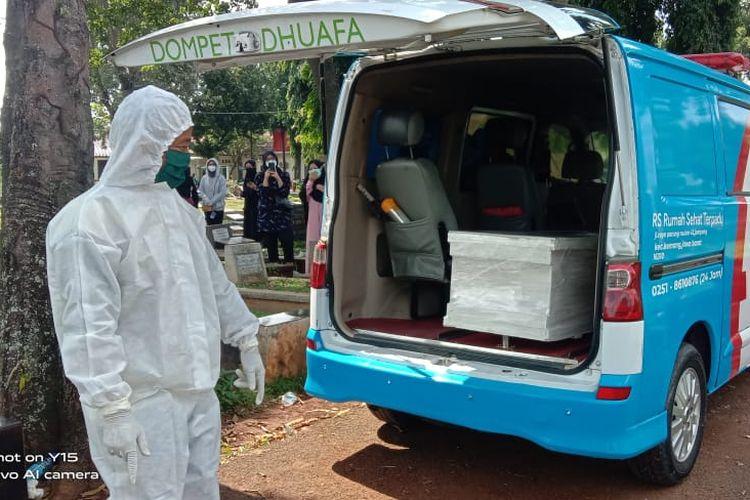 Petugas dan relawan Badan Pemulasaran Jenazah (Barzah) Dompet Dhuafa, menunggu antrian untuk pemakaman jenazah Covid-19 di sejumlah TPU di Jakarta, Senin (12/7/2021). Sejak menguatkan kasus infeksius Covid-19, tim Barzah Dompet Dhuafa, turut kebanjiran permintaan pengantaran maupun pemulasaran jenazah Covid-19.