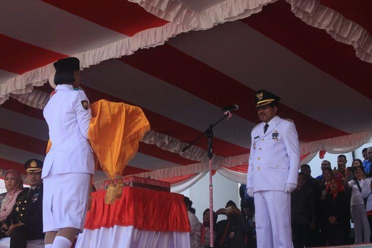 Bupati Kabupaten Seram Bagian Barat, Maluku Muhamad Yasin Payapo saat menjadi inspektur upacara pada upacara HUT ke-74 Kemerdekaan RI di Piru, Sabtu (17/8/2019)