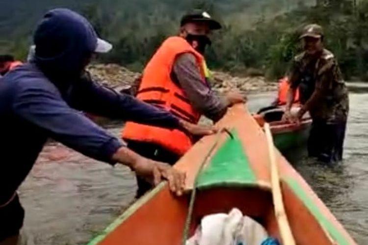 Petugas saat menyalurkan logistik TPS ke desa terpencil