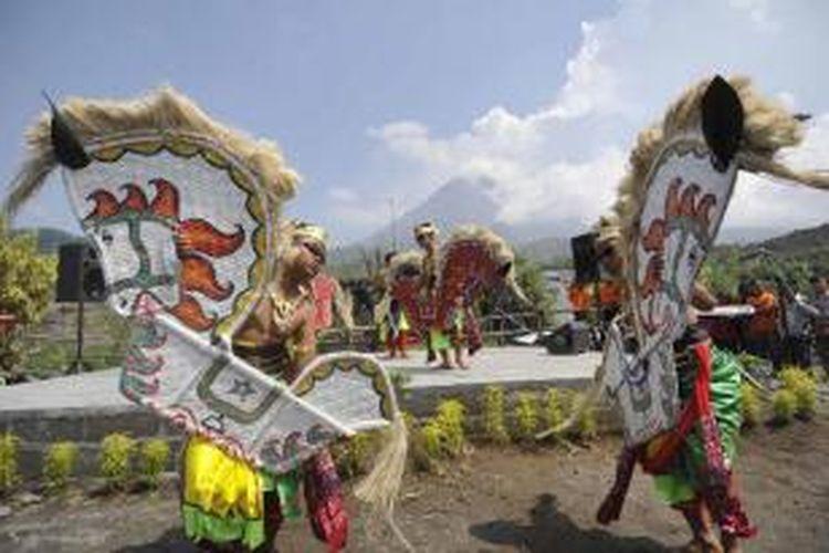 Anak-anak warga Dusun Kinahrejo menampilkan atraksi kesenian jatilan pada acara pembukaan Wisata Alam Jelajah Kinahrejo di Dusun Kinahrejo, Desa Umbulharjo, Cangkringan, Sleman, DI Yogyakarta, Sabtu (12/2/2011).