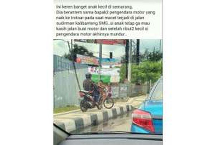 Daffa Faros Oktoviarto, siswa kelas IV di Sekolah Dasar Kalibanteng Kidul, Kota Semarang memalangkan sepedanya menghadang laju pengendara motor di bundaran Kalibanteng.