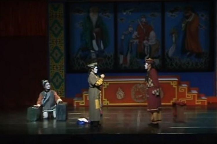 Dokumentasi pementasan Sampek Engtay dari Teater Koma di Societet Yogyakarta tahun 2004 oleh Giras Basuwondo dan tim. Produksi Teater Koma ini mendapat rekor MURI karena dipanggungkan 80 kali (dalam kurun waktu 1988-2004) dengan memakai 7 pemain dan 4 pemusik yang sama.