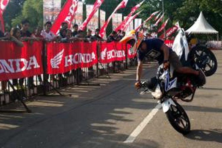 Stunt rider Honda di ajang Honda Sport Motoshow di Tangerang, (29/3/2015)