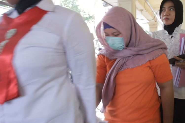 Pelaku pembunuh ayah kandung, Hilda Nurafriani alias Ani (30), digiring dua Polwan Polres Kota Mataram.