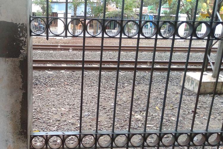 Kondisi pagar pelintasan kereta api depan Universitas Pancasila yang dijebol warga, Jumat (18/10/2019)