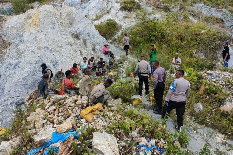 Aparat Polres Pulau Buru menggelar penertiban di kawasan tambang emas ilegal di Gunung Botak, Kabupaten Buru, Maluku, Senin (24/5/2021). Dalam kegiatan tersebut, polisi menangkap 19 penambang ilegal