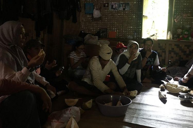 Komunitas sahabat baduy berkunjung untuk silaturahmi dan menikmati durian di Baduy, Banten, Minggu (18/2/2018).