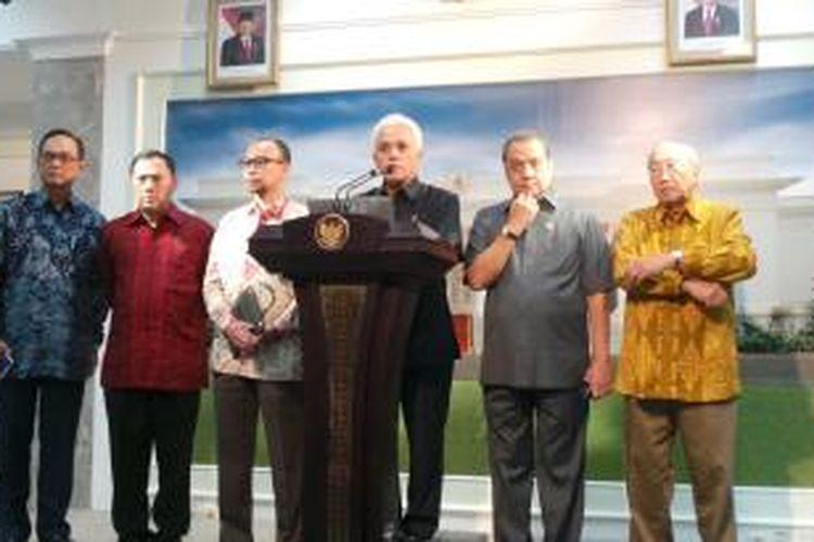 Menteri Koordinator Hatta Rajasa saat menyampaikan paket kebijakan ekonomi di Kantor Presiden, Jakarta, Jumat (23/8/2013).