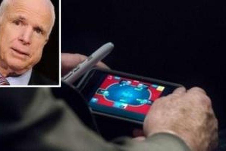 Senator John McCain tertangkap kamera wartawan The Washington Post sedang bermain game poker di iPhone miliknya di tengah debat soal Suriah yang sudah berlangsung lebih dari tiga jam.