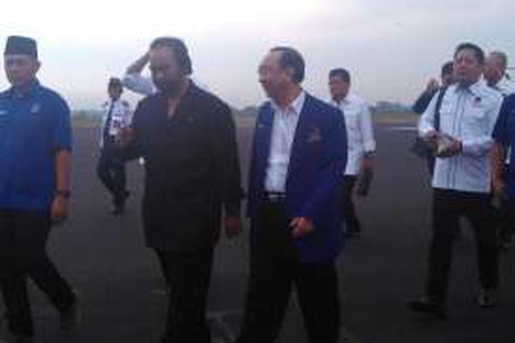 Ketua Umum Partai Nasdem Surya Paloh (pakaian hitam) tiba di Lampung untuk melantik pengurus DPW Partai Nasdem Provinsi Lampung, Sabtu (8/10/2016).