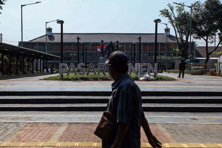 Warga melintas didepan Stasiun Pasar Senen, Jakarta Pusat, Jumat (12/6/2020). Kereta Api Jarak Jauh Reguler kembali beroperasi dan ada satu kereta yang diberangkatkan yakni dari Stasiun Pasar Senen menuju Stasiun Purwokerto di Jawa Tengah, pengoperasian diikuti dengan penerapan protokol pencegahan COVID-19.