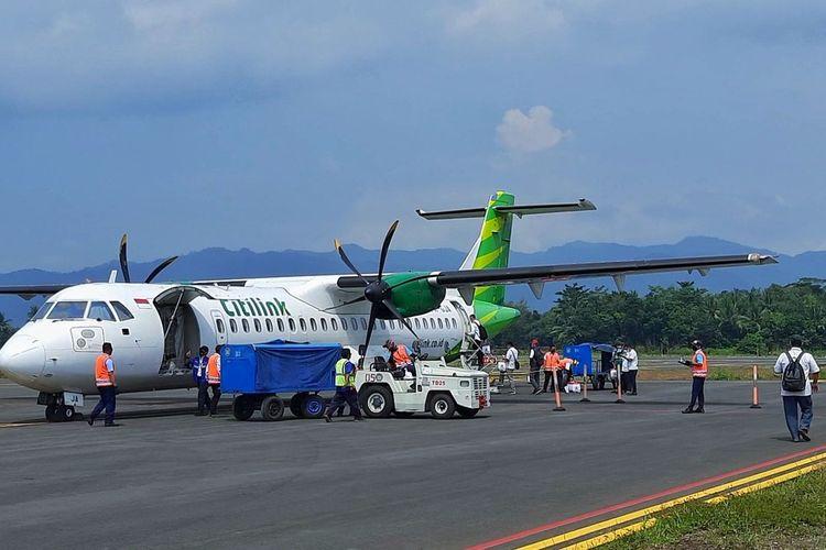 Pesawat ATR 72-600 milik maskapai Citilink melakukan pendaratan dan penerbangan di Bandara Jenderal Besar Sudirman, Purbalingga, Jawa Tengah, Selasa (1/6/2021).