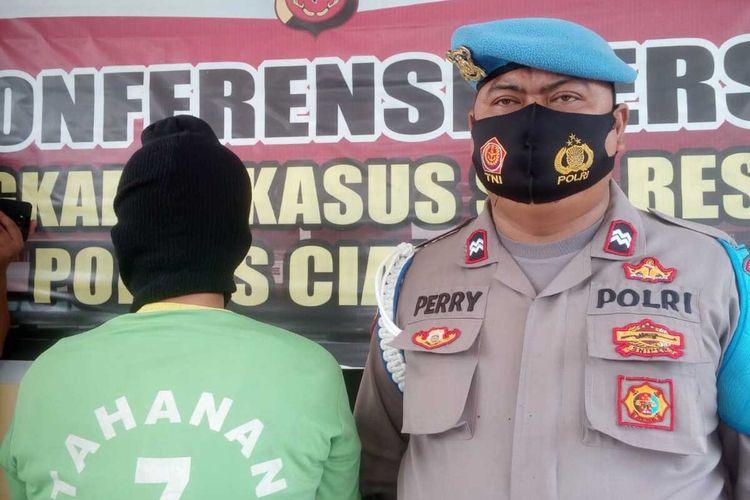 Polisi meringkus AD (43), seorang tukang pijat di Kabupaten Cianjur, Jawa Barat, yang mencabuli seorang siswi SMK