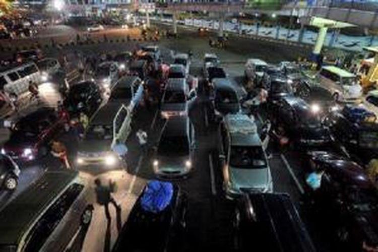 Kendaraan yang akan menyeberang ke Sumatera melalui Pelabuhan Merak, Banten, menunggu giliran masuk ke kapal roro, Rabu (15/8/2012) malam. | KOMPAS/RADITYA HELABUMI