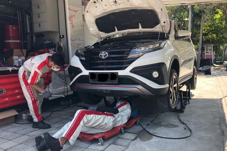 Ilustrasi perbaikan mobil Toyota Rush di bengkel Auto2000