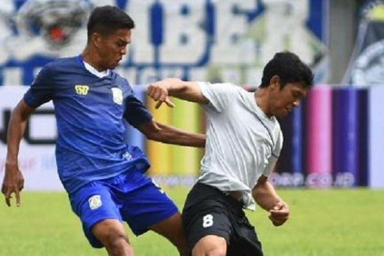 Gelandang Persela Lamongan, Eka Ramdani, tengah berupaya melewati penjagaan pemain Persiba Balikpapan pada laga Piala Presiden 2017, Senin (6/2/2017).