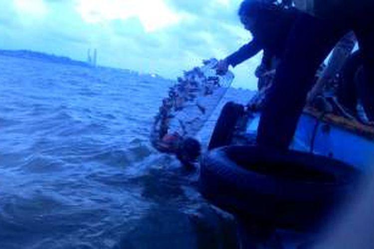 Meski hari nyaris gelap, La Ode dan Ricky tetap berupaya mengembalikan terumbu karang ke laut.