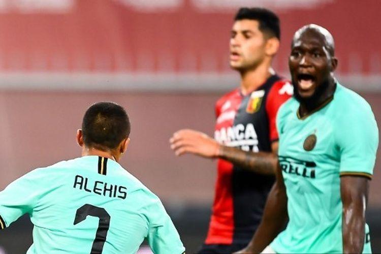 Alexis Sanchez merayakan golnya bersama Romelu Lukaku dalam laga Gena vs Inter Milan di Stadion Luigi Ferraris, Minggu (26/7/2020) dini hari WIB.