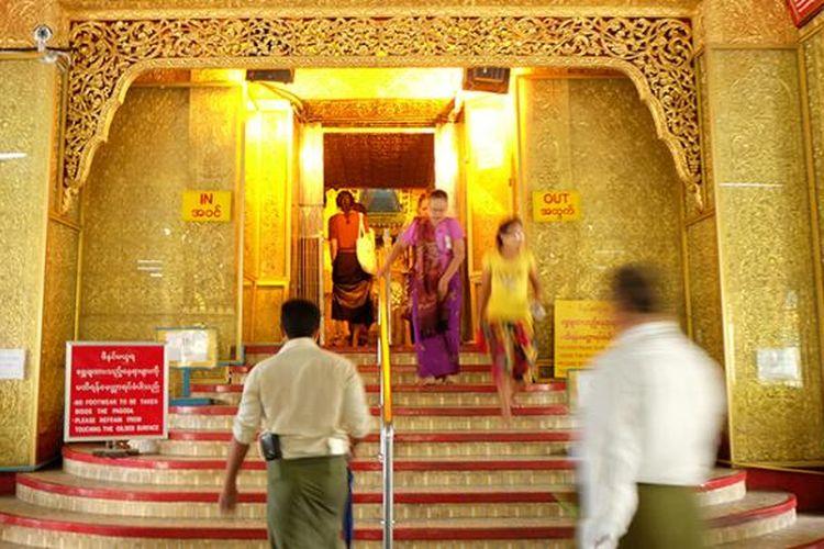 Botataung Pagoda adalah salah satu kuil tertua di Myanmar. Disinyalir, kuil ini dibangun bersamaan dengan Shwedagon Pagoda 2.500 tahun lalu.
