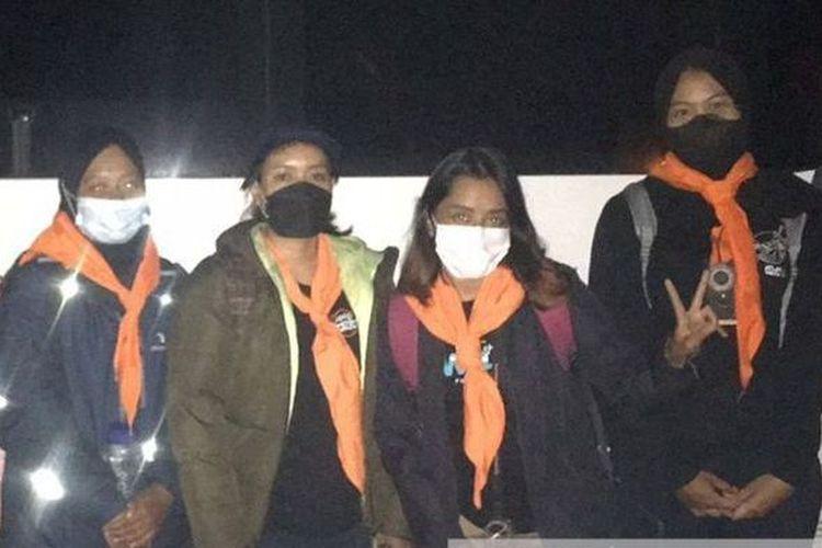 Empat srikandi SAR Universitas Padjadjaran (Unpad) yang ikut pencarian pendaki hilang di Gunung Guntur, Kabupaten Garut.