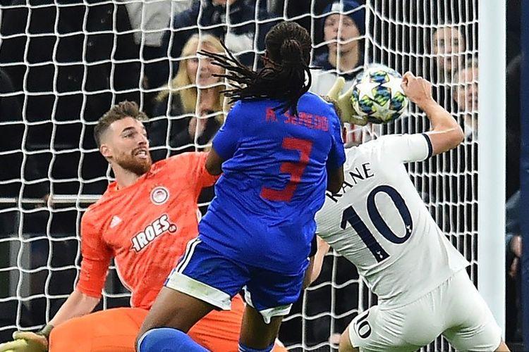 Penyerang Tottenham Hotspur, Harry Kane, berduel dengan bek lawan pada pertandingan Tottenham vs Olympiakos dalam lanjutan Liga Champions di London, 26 November 2019.