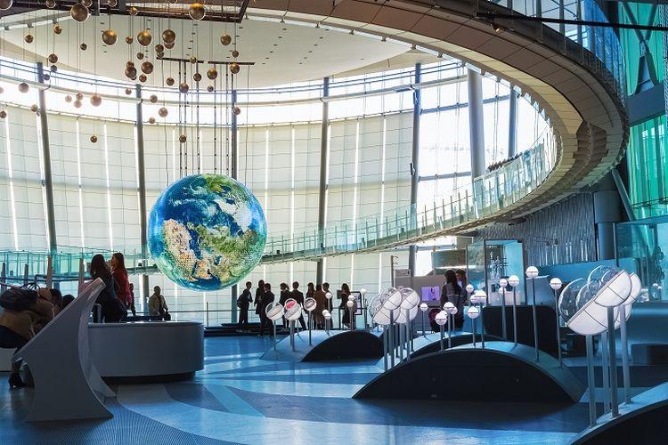 Bagian dalam National Museum of Emerging Science and Innovation atau yang lebih dikenal sebagai Miraikan di Jepang.