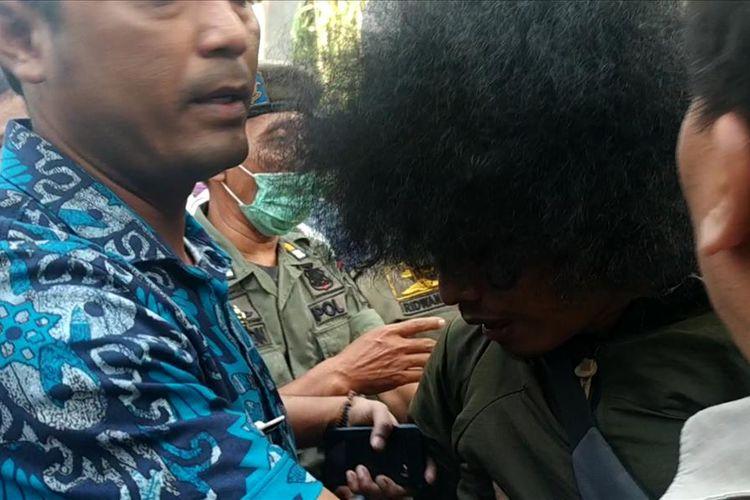 Seorang mahasiswa Persatuan Mahasiswa Islam Indonesia (PMII) digelandang petugas Satpol PP Kota Bekasi karena dianggap melawan petugas yang memaksa masuk menggusur perumahan warga di Jalan Bougenville Raya RT 001 RW 011, Kamis (25/7/2019).