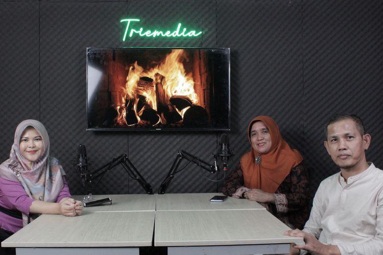 Guru SMPN 3 Batang Hari sedang melakukan siaran podcast untuk mendukung pembelajaran digital.