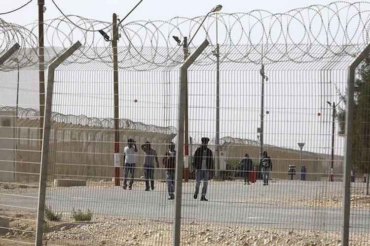 Foto yang diambil pada 4 Februari 2018, menunjukkan sejumlah warga migran Afrika di pusat penampungan di Holot.