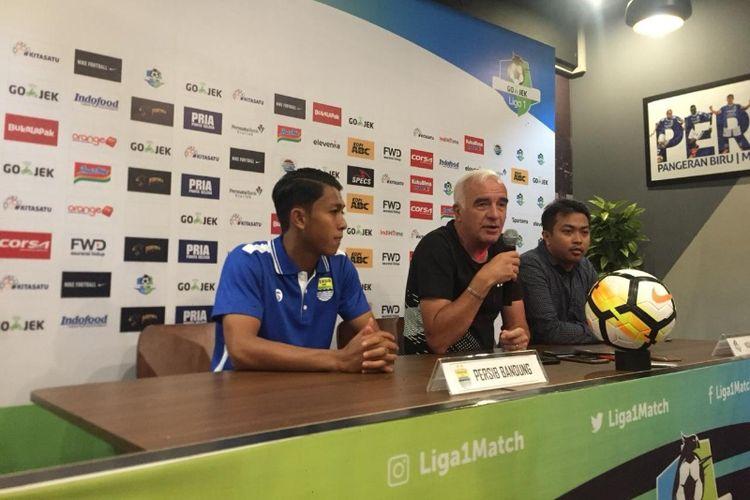 Pelatih Persib Bandung Mario Gomez saat memberikan keterangan kepada media jelang laga kontra Persija di Kafe Persib, Jalan Sulanjana, Sabtu (22/9/2018).
