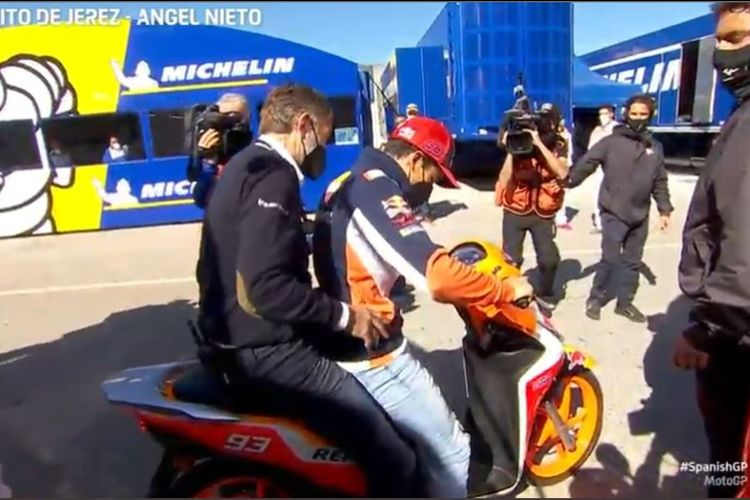 Marc Marquez bersama Dr Angel Charte menunggangi motor menuju pusat medis Sirkuit Jerez setelah mengalami kecelakaan hebat pada akhir-akhir sesi FP3 MotoGP Spanyol, Sabtu (1/5/2021).