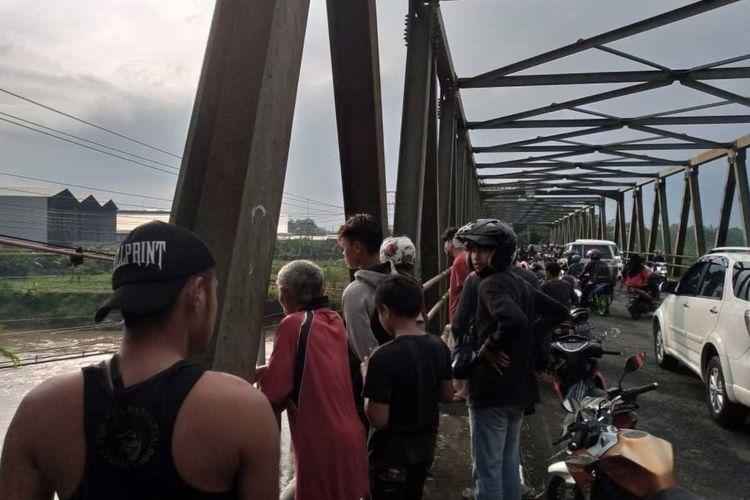 Warga dan petugas kepolisian mengevakuasi DS (20), ibu rumah tangga yang mencoba bunuh diri dengan meloncat dari atas jembatan Sungai Klawing, Purbalingga, Jawa Tengah, Rabu (7/4/2021).