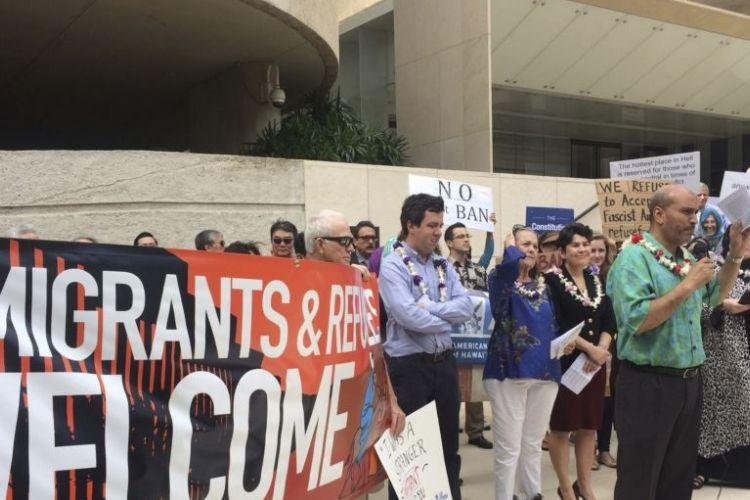 Hakim Ouansafi, pemimpin Asosiasi Muslim Hawaii memberikan berbicara dalam konferensi pers menentang kebijakan imigrasi Presiden Trump di Honolulu, Hawaii, 1 Februari 2017. (Foto: Dokumentasi)