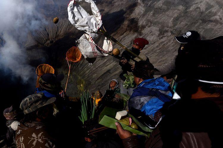 Masyarakat Suku Tengger melarung sesajinya berupa hasil pertaninan ke kawah Gunung Bromo pada Upacara Yadnya Kasada, Probolinggo, Jawa Timur, Sabtu (30/6/2018). Upacara Kasada merupakan upacara adat masyarakat Suku Tengger sebagai bentuk ucapan syukur kepada Sang Hyang Widi sekaligus meminta berkah dan menjauhkan dari malapetaka.
