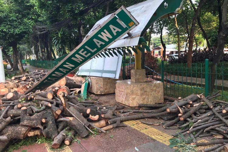 Kondisi Halte Bus Taman Melawai, Kebayoran Baru, Jakarta Selatan pada Senin (9/11/2020) yang rusak akibat tertimba pohon. Perbaikan halte bus rusak tersebut ditangani oleh pihak Suku Dinas Bina Marga Jakarta Selatan.