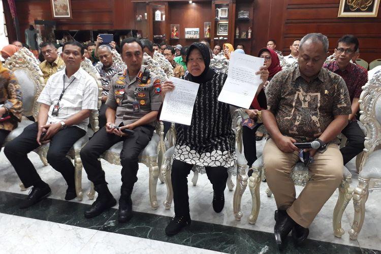 Wali Kota Surabaya Tri Rismaharini menunjukkan surat permohonaan maaf pemilik akun Facebook bernama Zikria Dzatil yang ditujukan kepada dirinya dan masyarakat Surabaya di rumah dinas Wali Kota Surabaya, Rabu (5/2/2020).