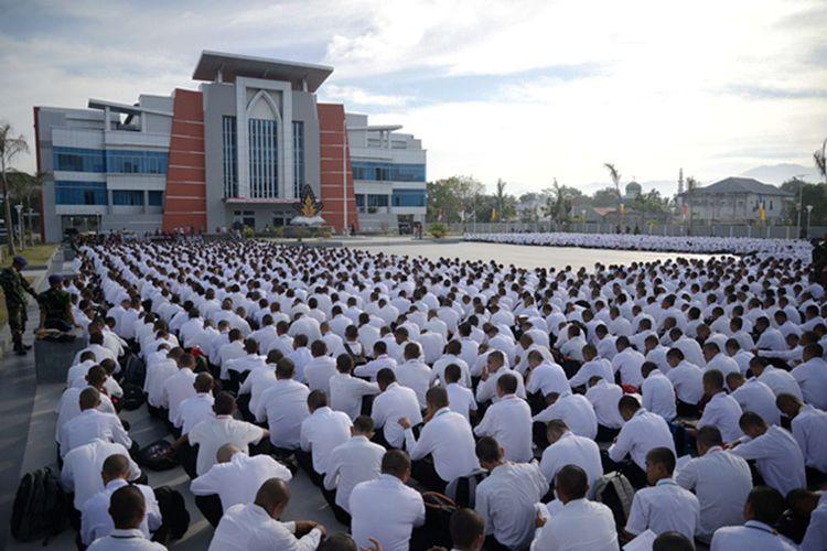 Mahasiswa baru Universitas Negeri Gorontalo saat mengadakan kegiatan di depan rektorat