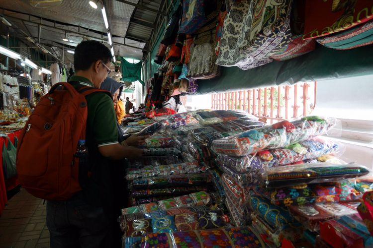 Peserta Cordela Vacation Trip to Thailand menyempatkan berbelanja saat berada di Wat Arun Bangkok, Thailand, Minggu (4/2/2018).