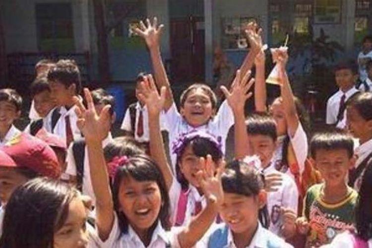 Anak-anak SDN 1 Leuwinanggung meluapkan kegembiraan mereka sesaat setelah pintu sekolah itu dibuka, Rabu (20/6/2012) pagi.
