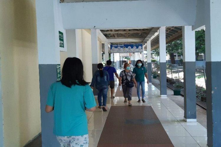 Aktivitas warga di koridor RSUP Kandou Manado, Senin (27/1/2020) pukul 11.45 WITA