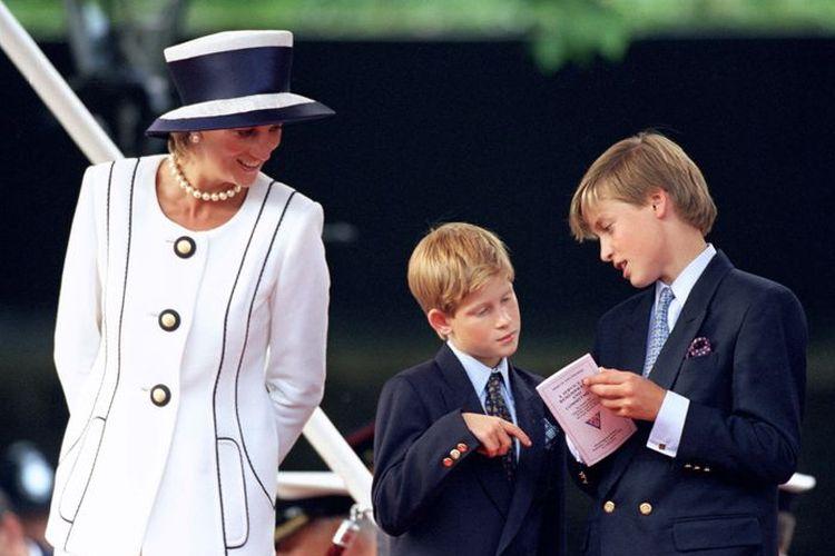 Mendiang Putri Diana bersama kedua putranya, Pangeran William dan Pangeran Harry.