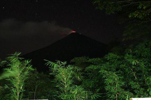 Sinar Api Keluar dari Puncak Gunung Karangetang