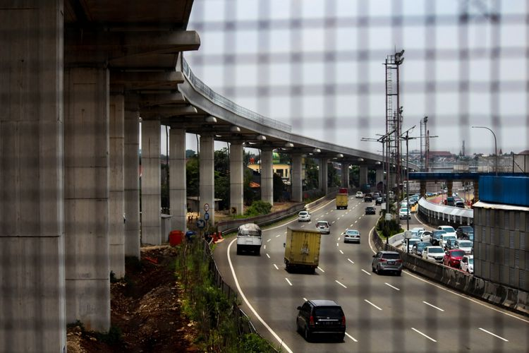 Proyek pembangunan Light Rail Transit (LRT) koridor Cibubur-Cawang di Jakarta, Selasa (27/02/2018). Pembangunan LRT tersebut ditargetkan rampung pada 2019.