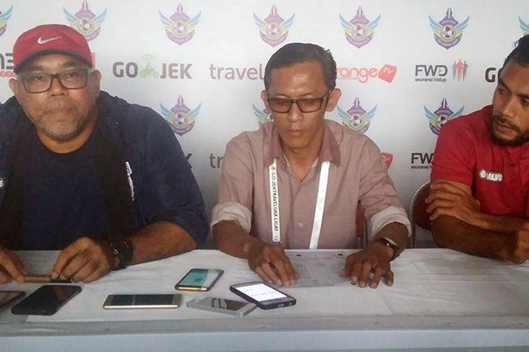 Pelatih Borneo FC Iwan Setiawan (kiri) dan Zulvin Zamrun (kanan), selepas laga kontra Persegres Gresik United.